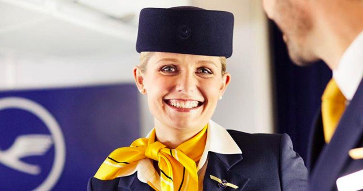 Deshalb verstecken Flugbegleiter ihre Hände hinter dem Rücken
